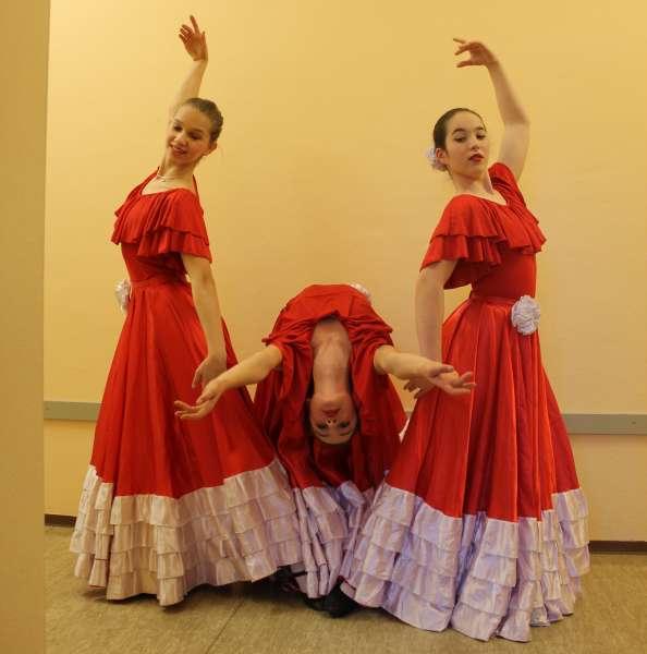 Alma-Gitana---von-links-nach-rechts--Yara-Diezel-14-Rashmi-Torres-13-Merle-Lewandowski-13